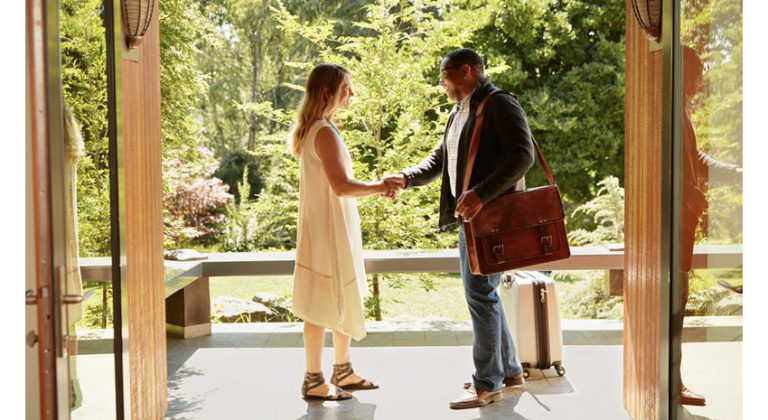 Airbnb host greets guest © AIRBNB